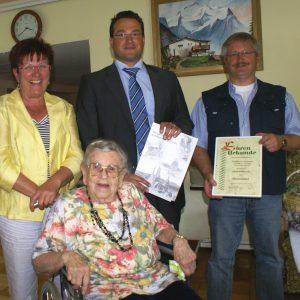 Auf dem Foto sehen Sie Elfriede Godschmidt an ihrem 100. Geburtstag am 06.09.2010 mit Uta Böckel, André Kavai und Thomas Vehring.