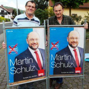 Auf dem Foto sehen Sie Richard Böckel und Helmut Schell bei der Vorbereitung der Plakate für die Europawahl.
